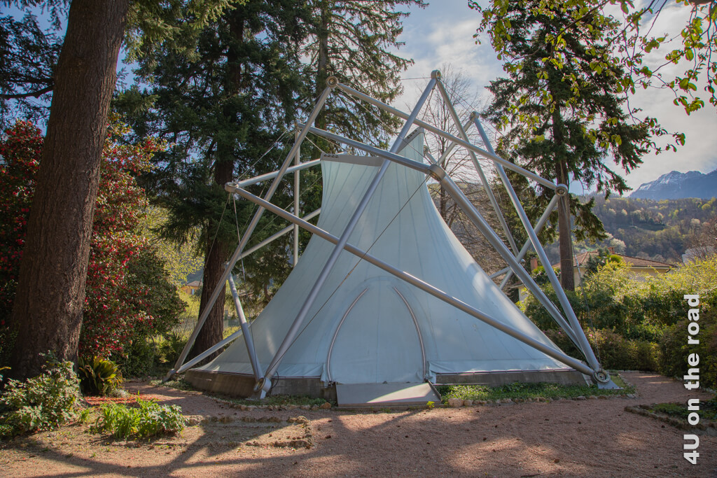 Interessante Zeltkonstruktion im englischen Landschaftspark der Villa dei Cedri