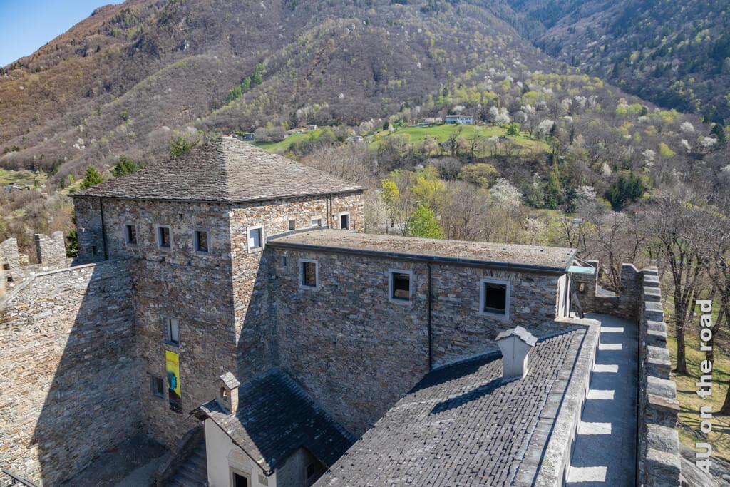 Von den Ausstellungsräumen kommt man auf die Zinnen und den Turm der Burg, von wo aus man einen wunderbaren Weitblick geniesst.