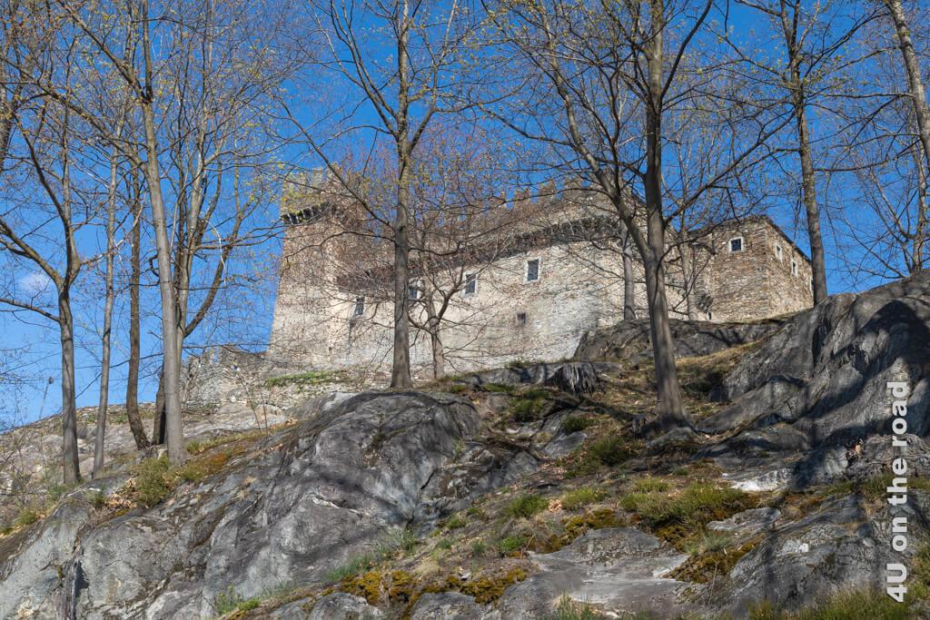 Nach dem Besuch der Burg Sasso Corbrao kann man noch schön auf den Felsen sitzen und philosophieren. - Burgen von Bellinzona