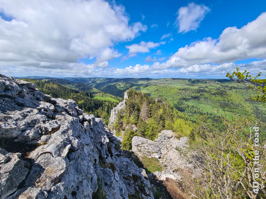 Mit dieser Aussicht auf die steilen Felsen und das weite Land wird man belohnt. - Wanderung zum Sommêtre Grat