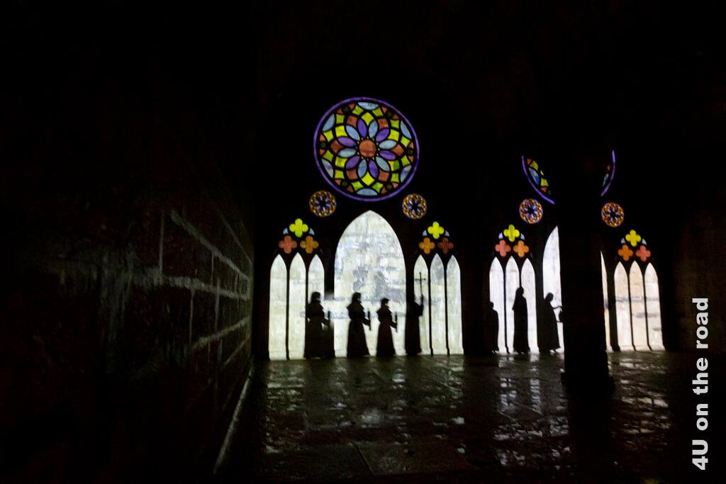Im Wasserreservoir tropft es von der Decke. Das Gewölbe erinnert wirklich an eine unterirdische Kathedrale. - Geheimer Stadtrundgang Porrentruy