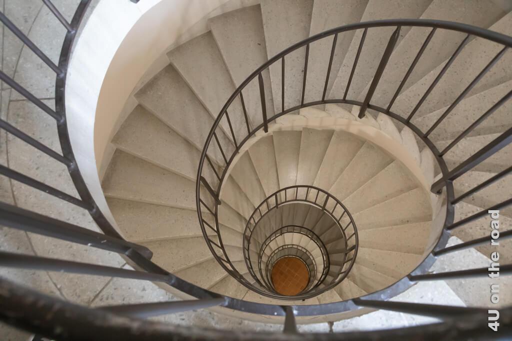 Wer statt des Aufzugs die Treppe nimmt, wird dieses wunderschöne Exemplar einer Wendeltreppe auf seinem geheimen Stadtrundgang durch Porrentruy entdecken.