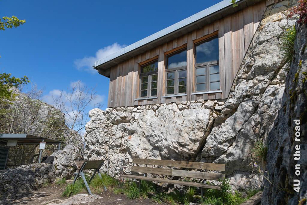 Windgeschützte Grillstelle vor der Schutzhütte auf dem Sommêtre-Grat