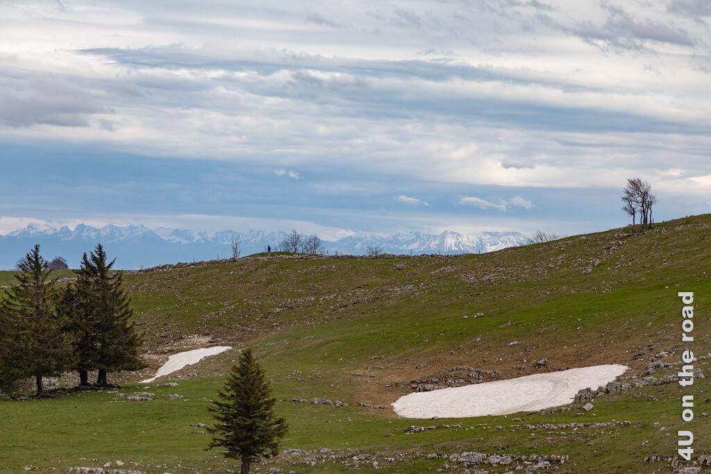 Das Alpenpanorama lässt sich im Dunst nur erahnen. - Mit dem Auto zum Creux du Van