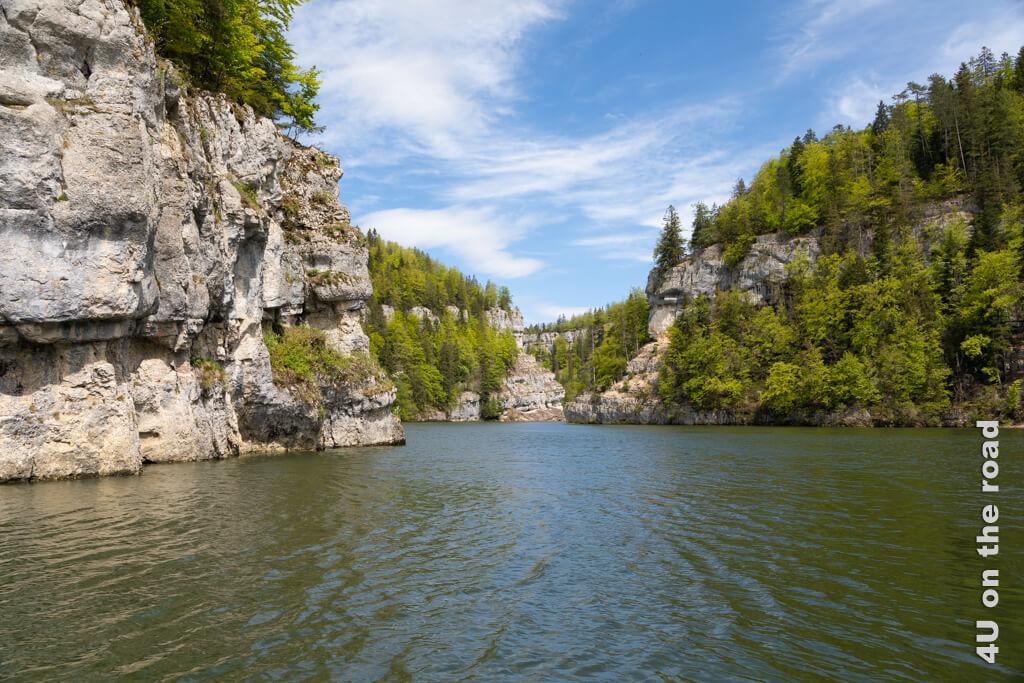 Auf der Rückfahrt scheint die Sonne und setzt die fjordartige Landschaft so richtig in Szene. - Schifffahrt auf dem Doubs