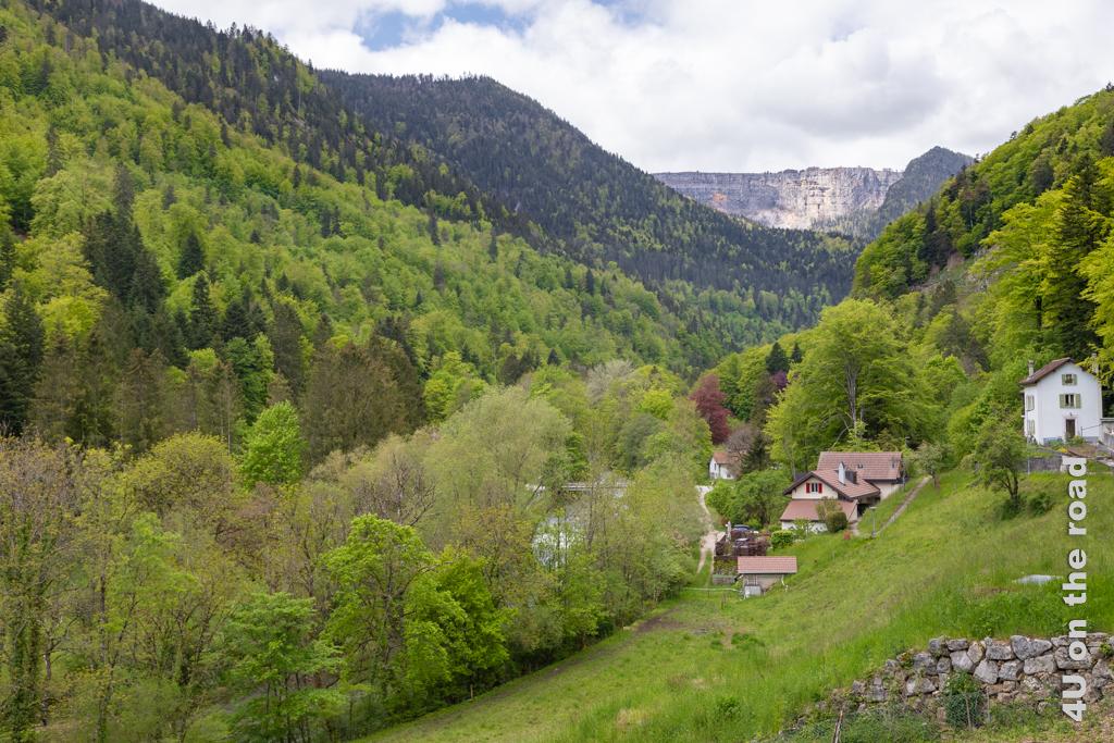 Fährt man mit dem Auto nach Champ-du-Moulin hat man den Creux-du-Van im Blick.