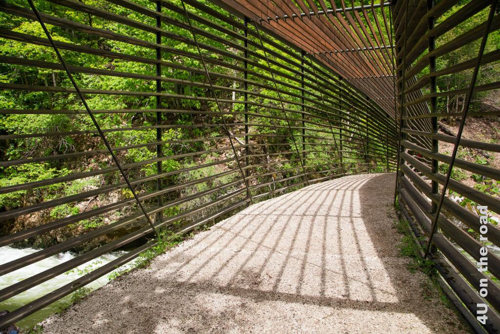 Bei dem Personenaufkommen auf dieser beliebten Wanderung durch die Areuse-Schlucht ist es gar nicht so einfach, mal ein Brückenfoto ohne Person zu schiessen.