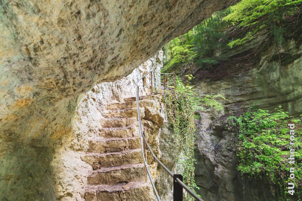 Auf dieser Treppe, die zu einer weiteren Brücke führt, braucht man keinen Gegenverkehr. Die ganzen Selfie-Leute stauen sich sowieso auf der Brücke. Wanderung durch die Areuse-Schlucht