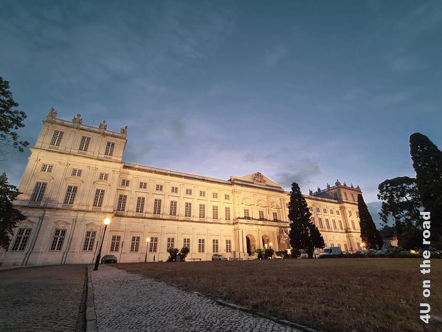 Der angeleuchtete Nationalpalast von Ajuda - Lissaboner Sehenswürdigkeit bei Tag und Nacht