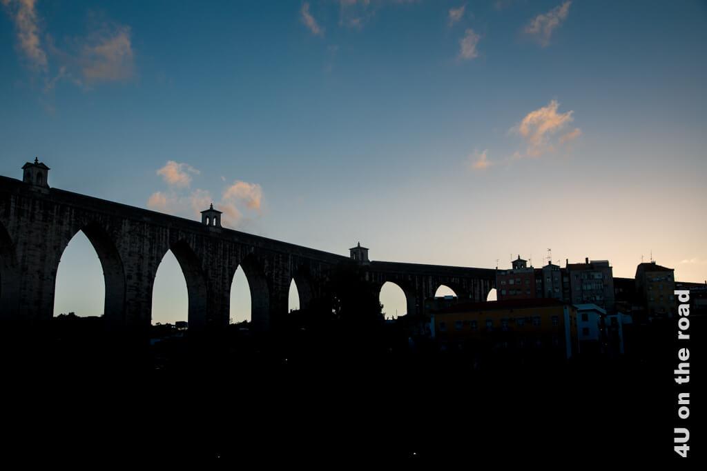 Das Aquädukt schwingt sich 940 m über das Tal und ist König Joaõ V. zu verdanken. - Sehenswürdigkeit Lissabons bei Tag und bei Nacht