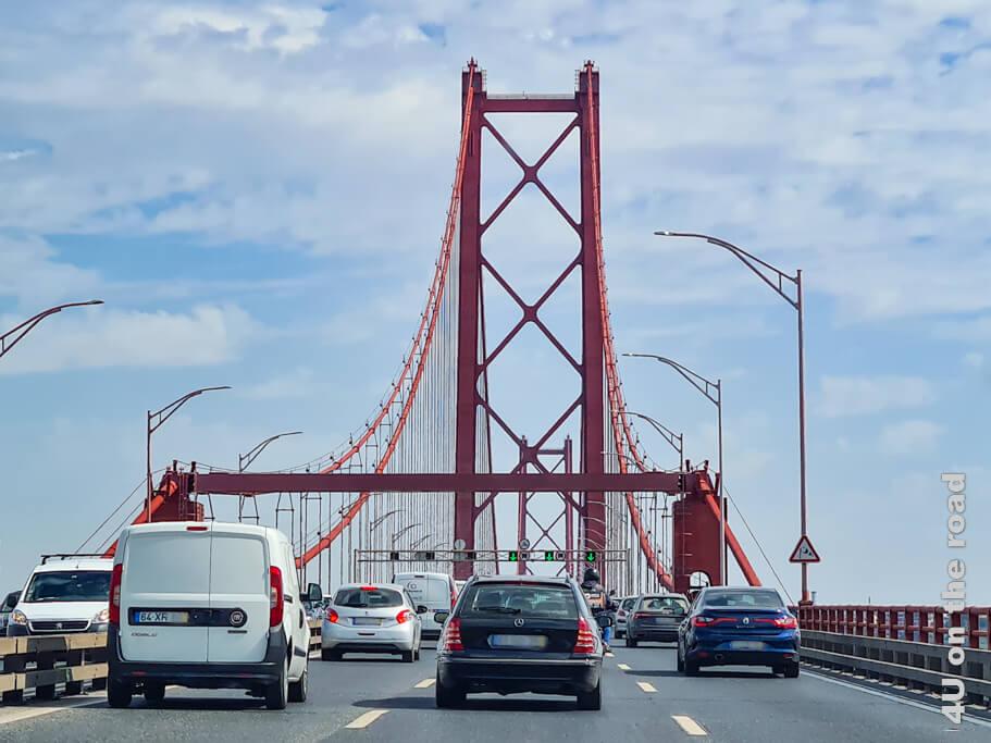 Auf der Brücke des 25. April, die bei ihrer Erbauung noch nach dem Diktator Salazar benannt war. - Lissabon Sehenswürdigkeiten