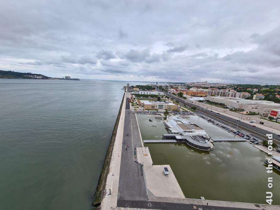 Aussicht von der Plattform auf die Tejo Mündung und den Torre de Belém