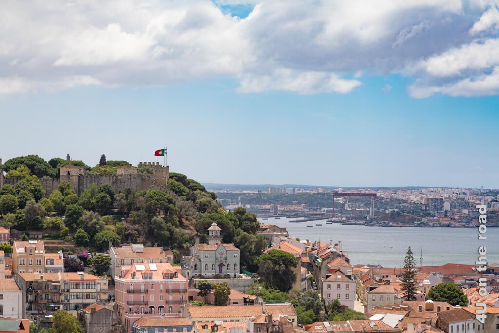 Castelo de São Jorge. Ganz in der Nähe des markanten Hafenkrans fährt die Fähre ab. Sehenswürdigkeit Lissabon