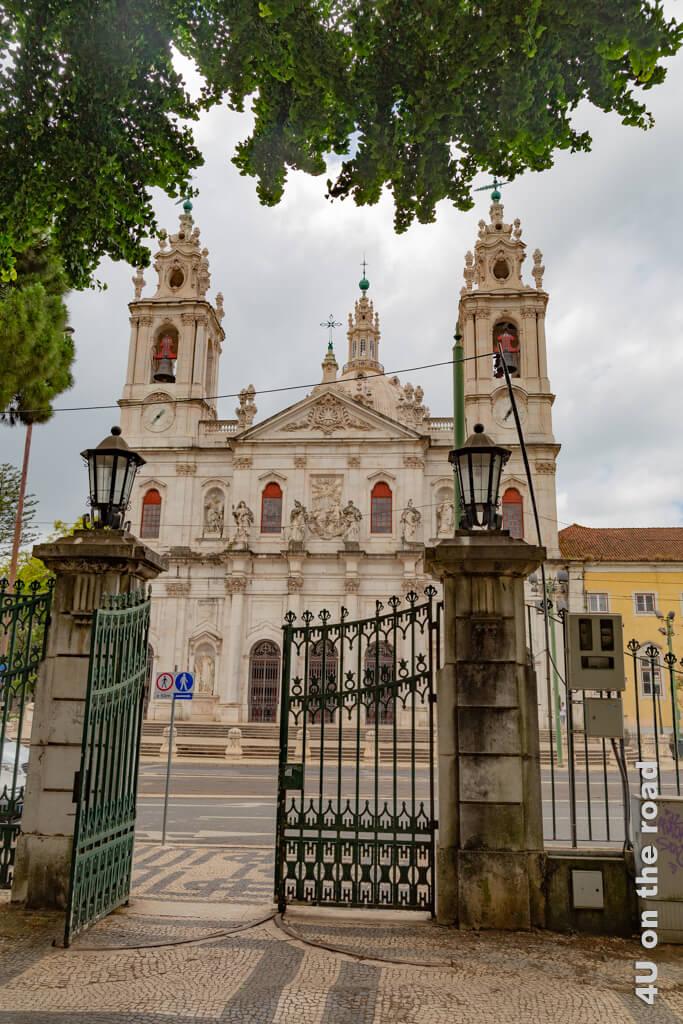 Die Basilica da Estrela ist mit ihren beiden Glockentürmen und der grossen Kuppel von so manchem Aussichtspunkt zu entdecken. Sehenswürdigkeit Lissabon