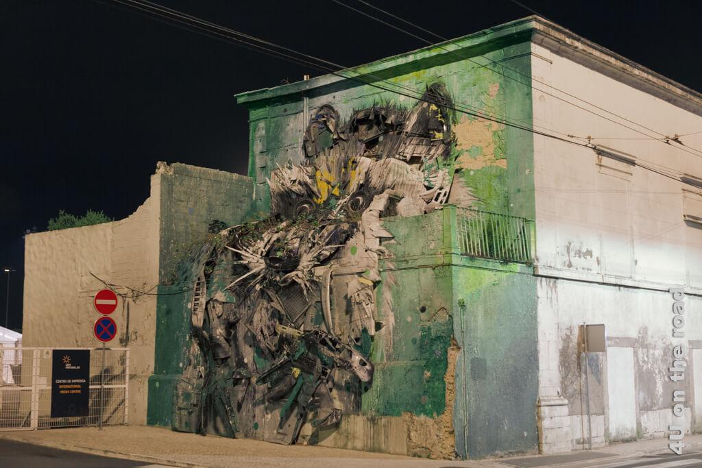 Big Racoon von Bordalo II. von der Seite. Die Betrachtung dieser Lissaboner Sehenswürdigkeit bei Nacht hat den Vorteil, dass man sie allein betrachten kann.