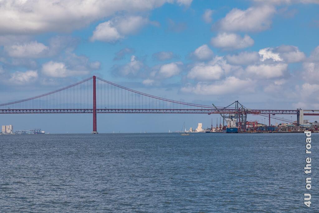Brücke des 25. April mit Container Hafen und dem Denkmal der Entdeckungen und dem Torre de Belém im Hintergrund. Sehenswürdigkeiten Lissabon
