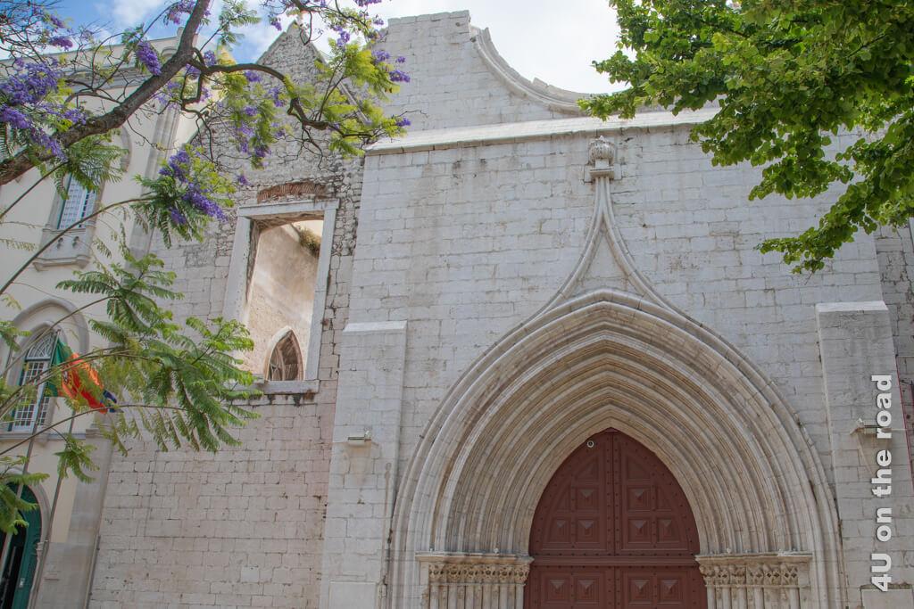 Leider steht vor der über Mittag geschlossenen Klosterruine eine grosse Reisegruppe, so dass das Fotografieren etwas schwierig ist. Denkmal und Sehenswürdigkeit von Lissabon