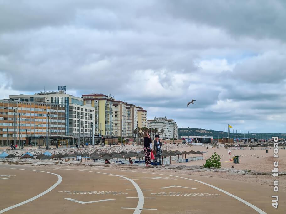 Blick auf die an der Innenstadt gelegene Strandfront von Costa da Caparica