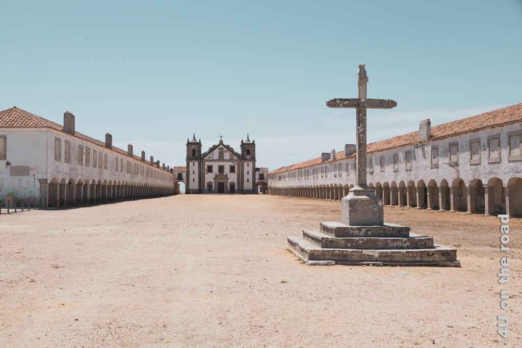 """Bei diesem Anblick höre ich innerlich den Anfang des Soundtracks von """"Spiel mir das Lied vom Tod"""". Kloster am Cabo Espichel"""