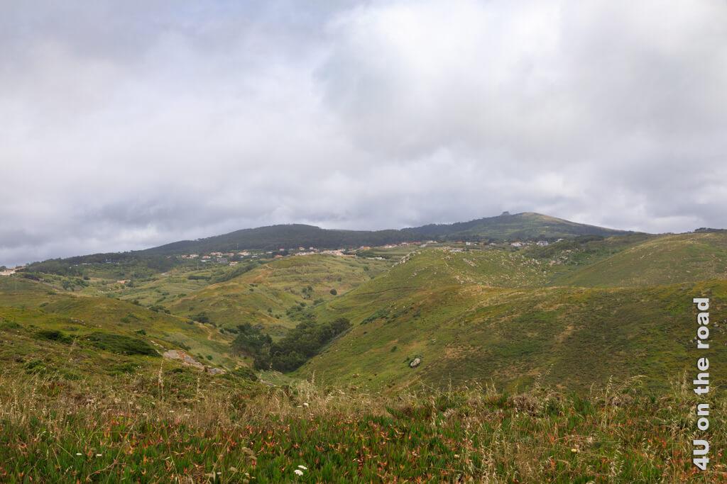 Blick über den Nationalpark Sintra - Cascais. Die Wolken sammeln sich am Berg. - Vom westlichsten Punkt Europas entlang der Künste nach Cascais