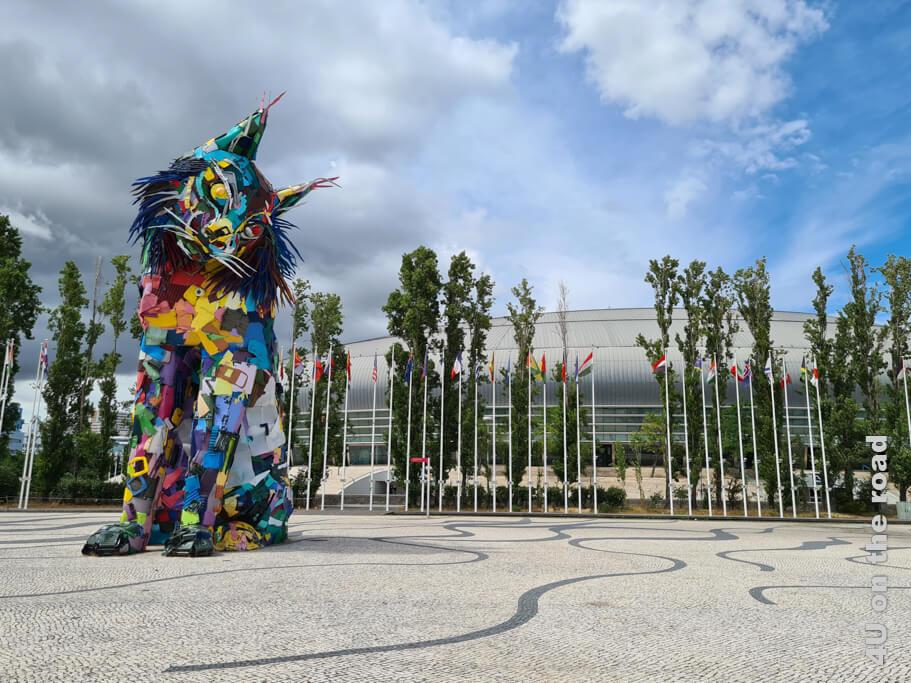Der Iberische Lux von Bordalo II steht vor der Altice Arena, wo die grössten Konzerte und Veranstaltungen stattfinden. Fasst sie doch 15.000 Besucher. - Sehenswürdigkeit Lissabon bei Tag und bei Nacht