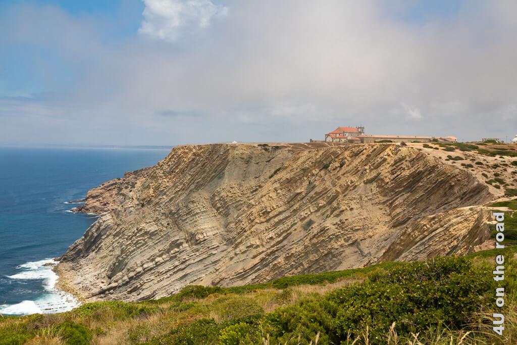 Das Kloster am Cabo Espichel vom Leuchtturm aus gesehen.