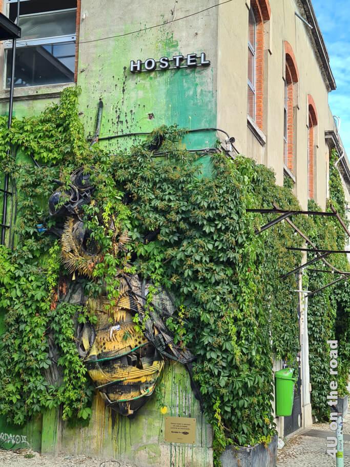 Gleich am Eingang begegnet uns eine weitere Bordalo II Installation - die Zikade.