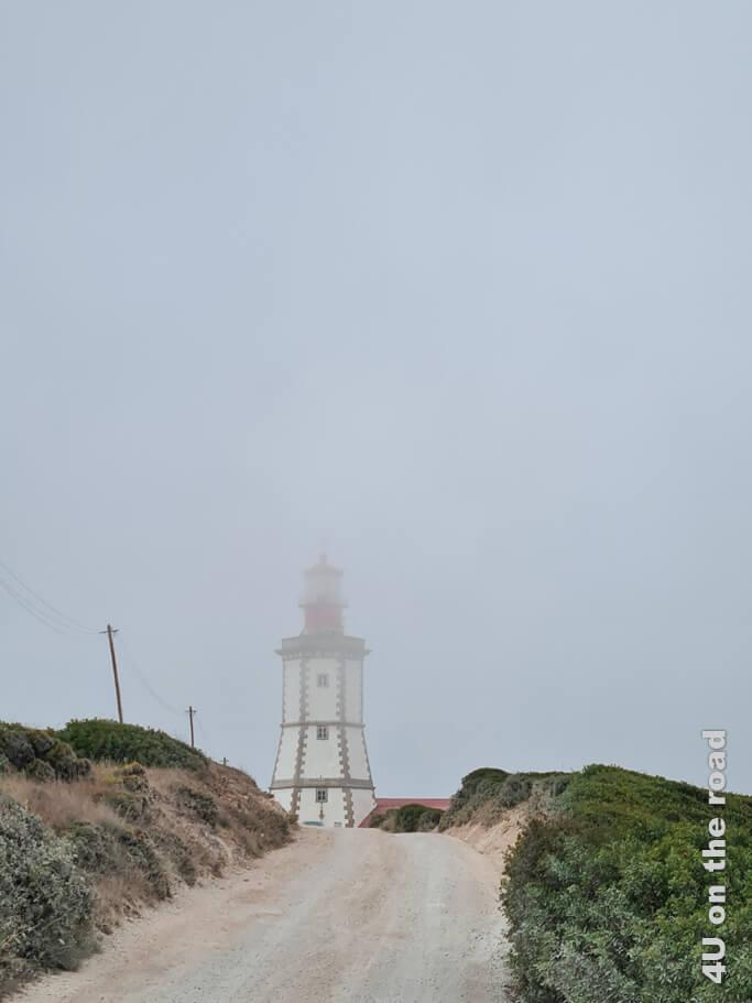 Der Leuchtturm von Kap Espichel taucht immer wieder kurz aus den Wolken auf. Von Costa da Caparica zum Kap Espichel