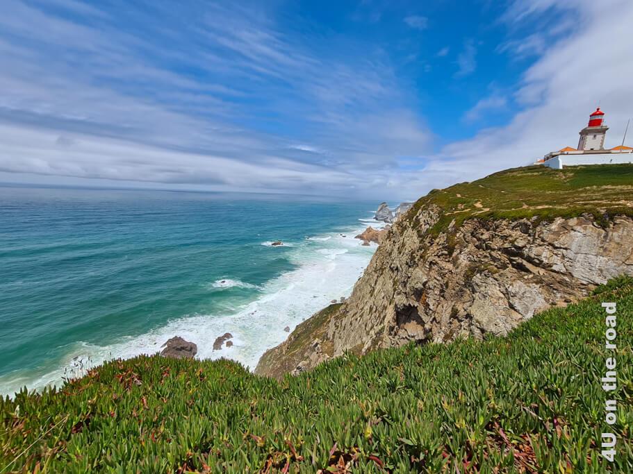 Blick auf den Leuchtturm und die Küstenlinie am Cabo da Roca - Entlang der Küste vom westlichsten Punkt Europas nach Cascais