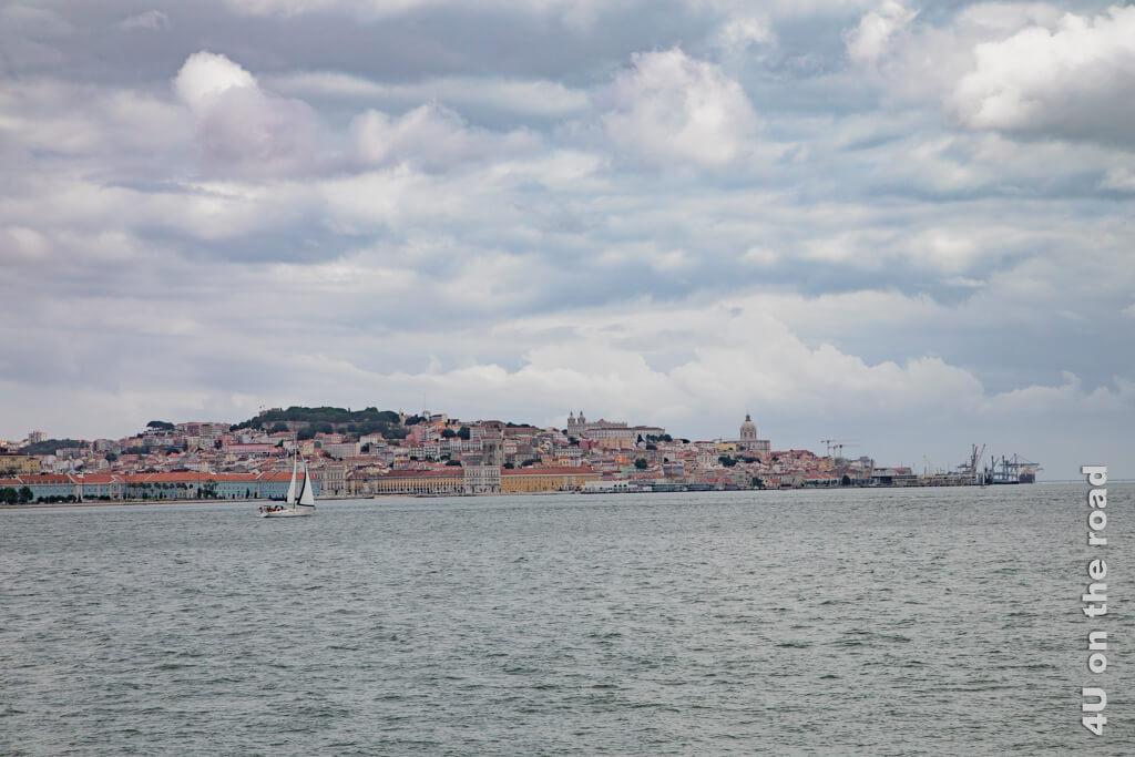 Auch wenn der Tag alles andere als sonnig beginnt, erkennt man die pastellfarbene Stadt. Lissabon Sehenswürdigkeiten bei Tag und Nacht