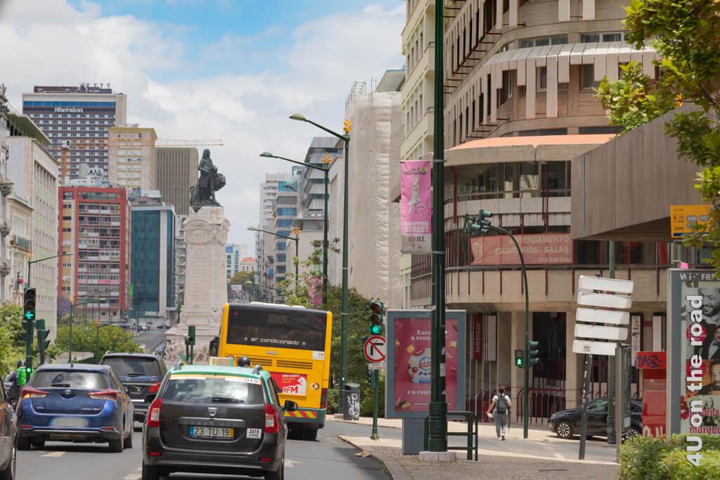 Der Marquis de Pombal überblickt das Verkehrschaos am Kreisel. Blickt man am Kreisel nach links sieht man den Beginn des Parque Eduardo VII.