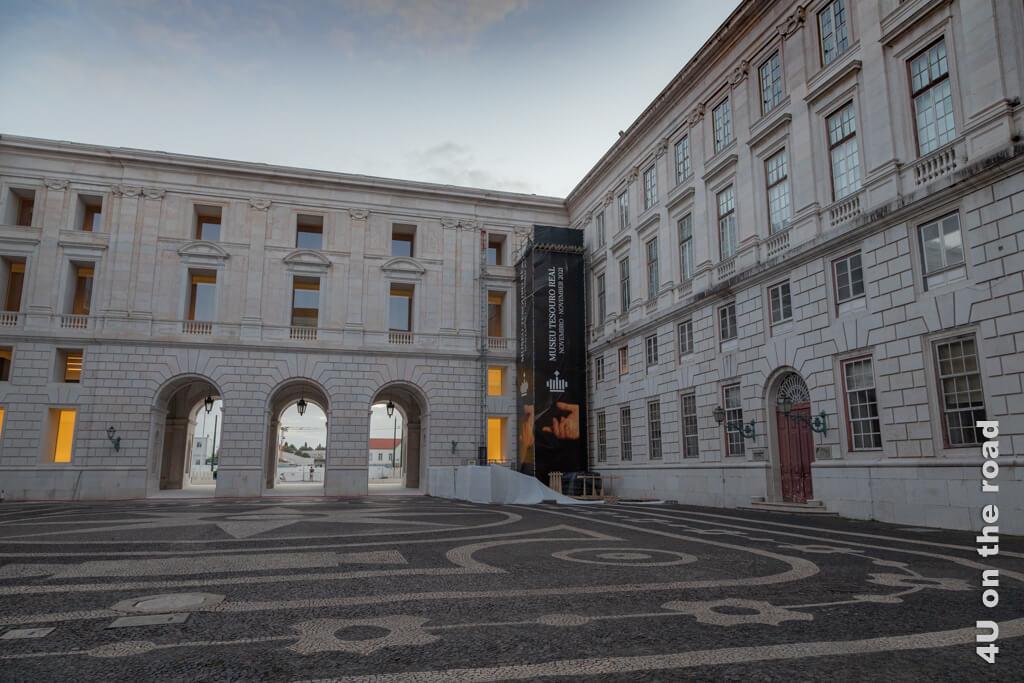 Die vollendete Wand jetzt vom Innenhof des Nationalpalastes von Ajuda aus gesehen. Sehenswürdigkeit Lissabon bei Tag und bei Nacht
