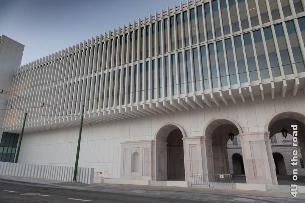 Dagegen sieht die vollendete Wand des Nationalpalastes von Ajuda von aussen modern aus. Sehenswürdigkeit Lissabons bei Tag und bei Nacht