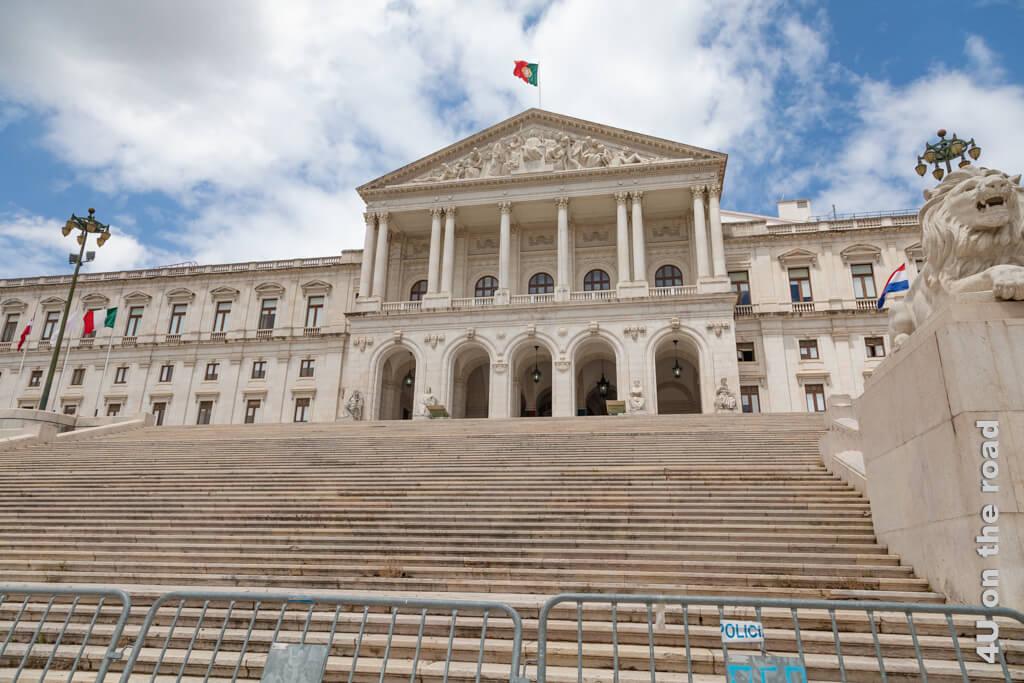In diesem Gebäude residiert das Parlament. - Lissabon Sehenswürdigkeit