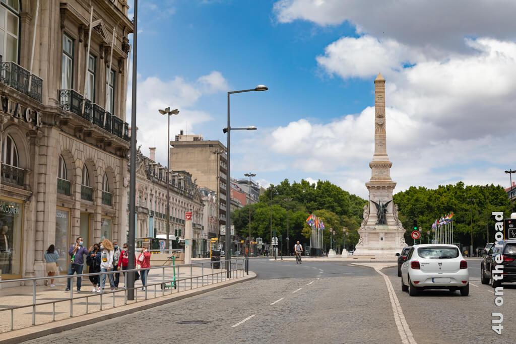 Der Praça dos Restauradores mit dem Obelisken vom fahrenden TukTuk aufgenommen.