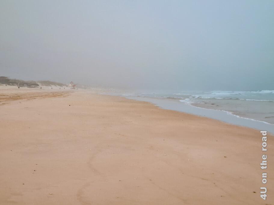Noch am Ankunftstag haben wir den langen Sandstrand und das Meer trotz der aufziehenden Wolken besucht. Von Costa da Caparica zum Kap Espichel.