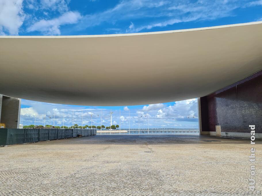 So richtig beeindruckend ist das wie ein Sonnensegel durchhängende Dach des Portugal Pavillon erst, wenn man davor steht.