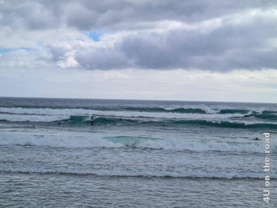 Surfer kann man scheinbar bei fast jedem Wetter in Costa da Caparica beobachten.