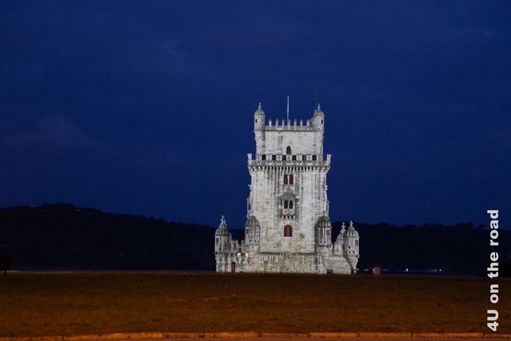 Der angestrahlte Torre de Belém bei Nacht von der Strasse aus gesehen. Sehenswürdigkeit Lissabon