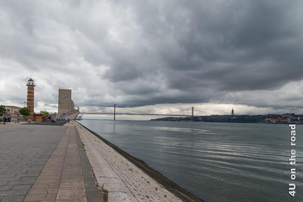 Leuchtturm, Denkmal der Entdecker und Brücke des 25. April. Lissabons Sehenswüdigkeiten bei Tag und bei Nacht