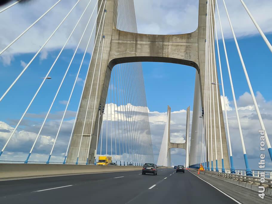 Die beiden Pylone der Vasco da Gama Brücke sind 155 m hoch. - Sehenswürdigkeit von Lissabon