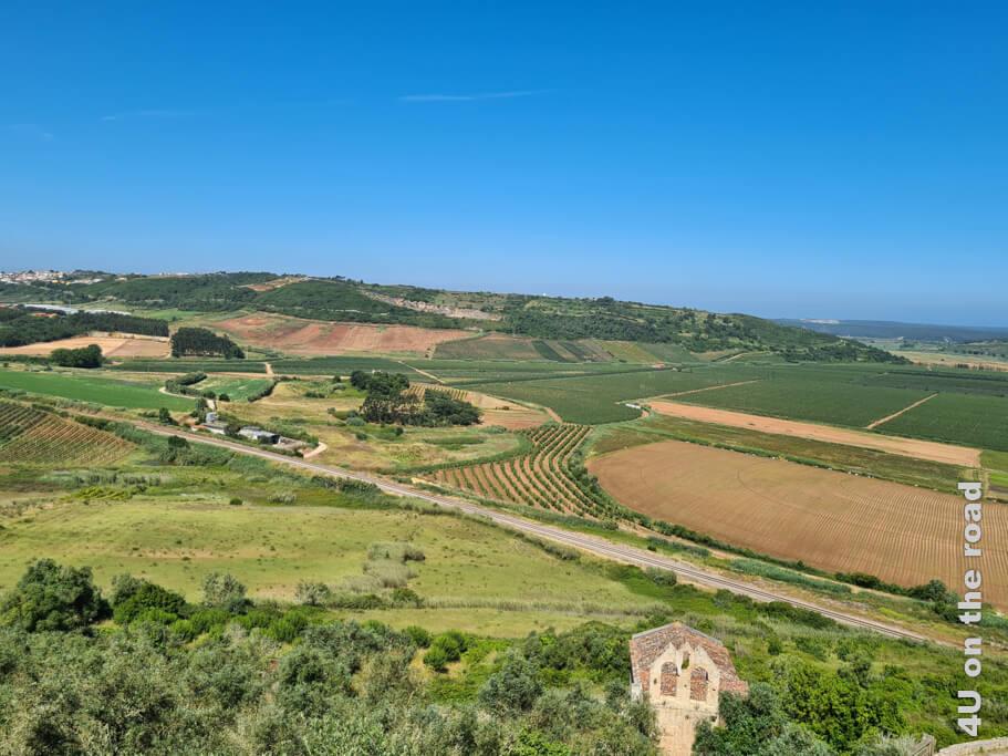 Vom Parkplatz unterhalb des Castelo de Óbidos geniesst man einen Blick über die Landschaft bis zum Meer