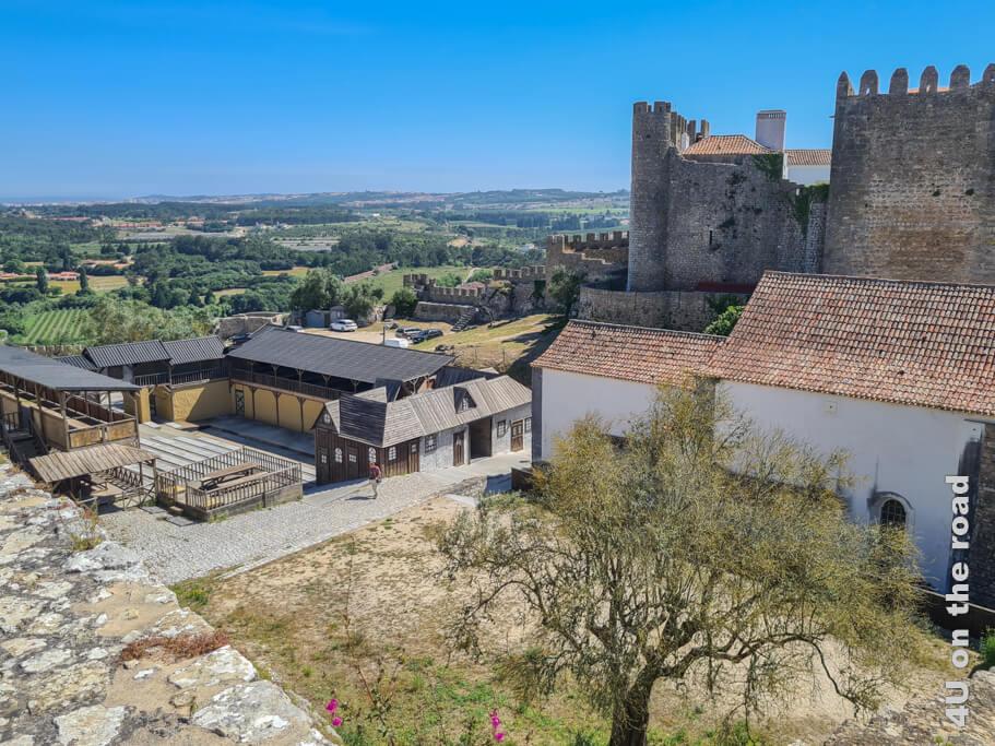 Blick von der Stadtmauer in Óbidos auf die Bühne für Ritterspiele und das Castelo de Óbidos.