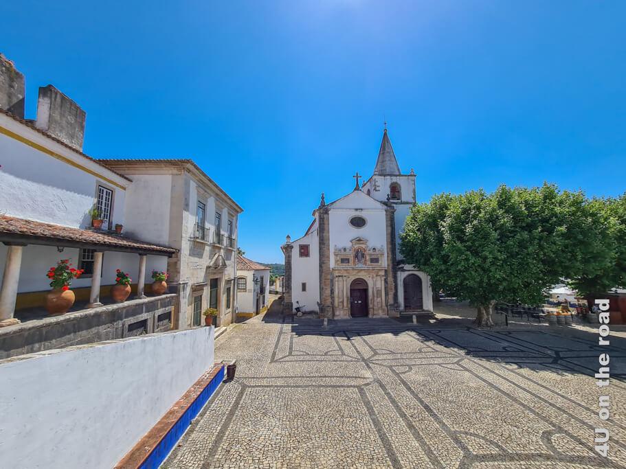 Die Igreja de Santa Maria in Óbidos mit dem gleichnamigen Platz davor.