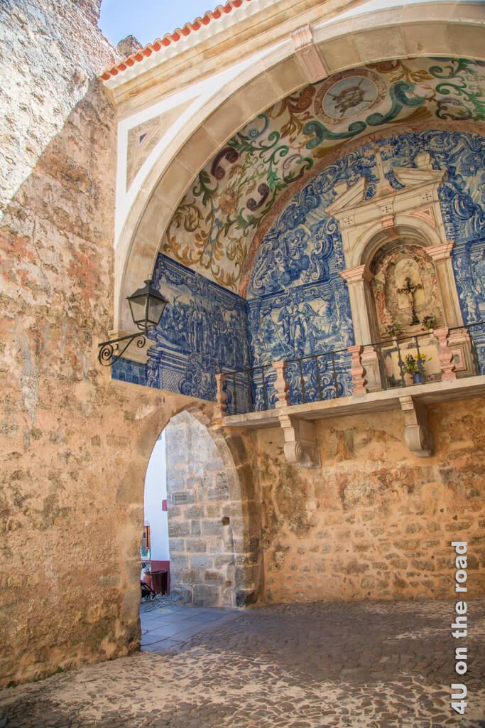 Das verwinkelte Stadttor Porta da Villa in Óbidos