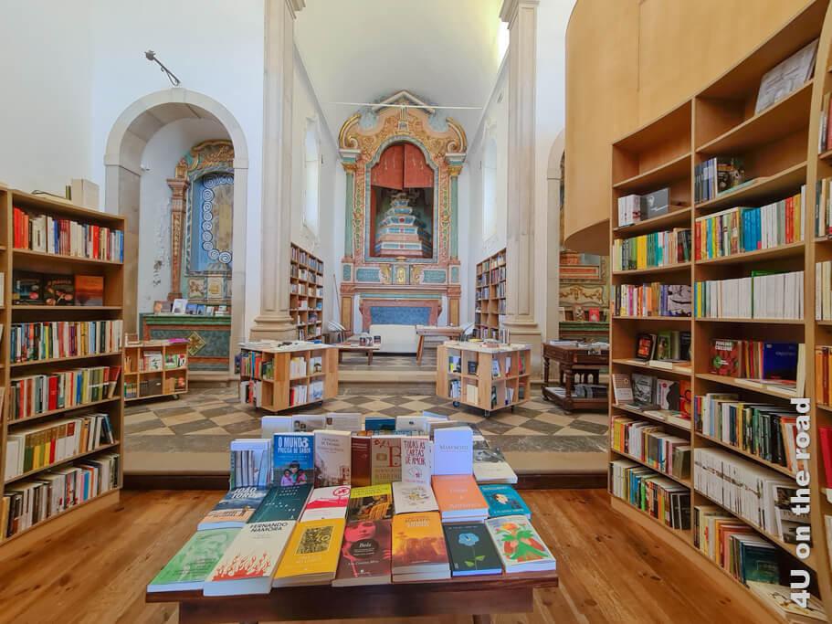 Im Inneren der Buchhandlung in der Igreja de Santiago.